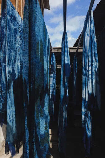 Shibori is the ultimate in luxury design. Originating in Japan, this textile form involves wrapping, tying, dying and drying pieces of fabric in order to create a one-of-a-kind pattern. Read on to see how you can decorate your home with this globally-inspired work of art.