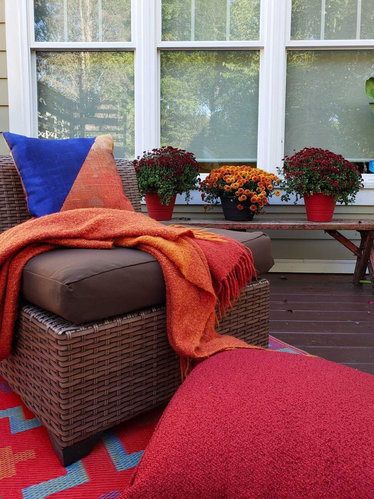 SmithHönig friend and designer Seana Freeman is embracing bold color, pattern and influences from around the world this fall season. To add to her glamorous deck refresh, Freeman turned to our exclusive line of outdoor pillows to fit in with her look and quality. Read on to see how you too can refresh your outdoor space with new fall decor.